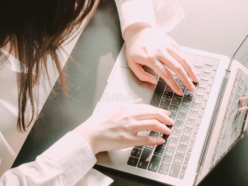 Piękna lewa ręka azjatykci biznes woman30s 40s z whi zdjęcia royalty free