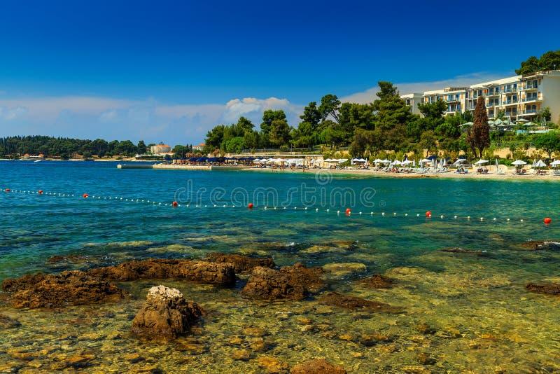 Piękna linia brzegowa i plaża, Rovinj, Istria region, Chorwacja, Europa obraz royalty free