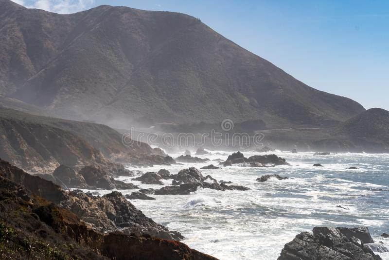 Piękna linia brzegowa wzdłuż Kalifornia wybrzeże pacyfiku autostrady 1 wzdłuż oceanu spokojnego zdjęcia royalty free