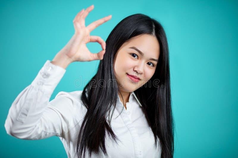 Piękna młoda Azjatycka kobieta odizolowywająca na błękitnym tle facial zdjęcie royalty free