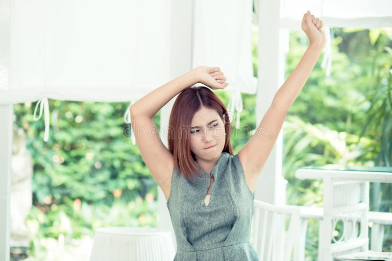 Piękna młoda azjatykcia biznesowa kobieta jest relaksuje rozciągliwość w i relaksuje stres plenerowej, bizneswomanu przerwie, obrazy royalty free