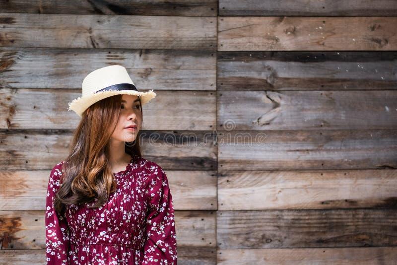 Piękna młoda azjatykcia dziewczyna szczęśliwego czas samotnie fotografia stock