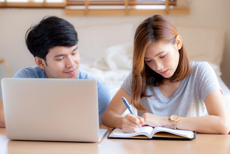 Piękna młoda azjatykcia para kalkuluje kosztu finanse z laptopem wpólnie i planowaniem zdjęcie royalty free