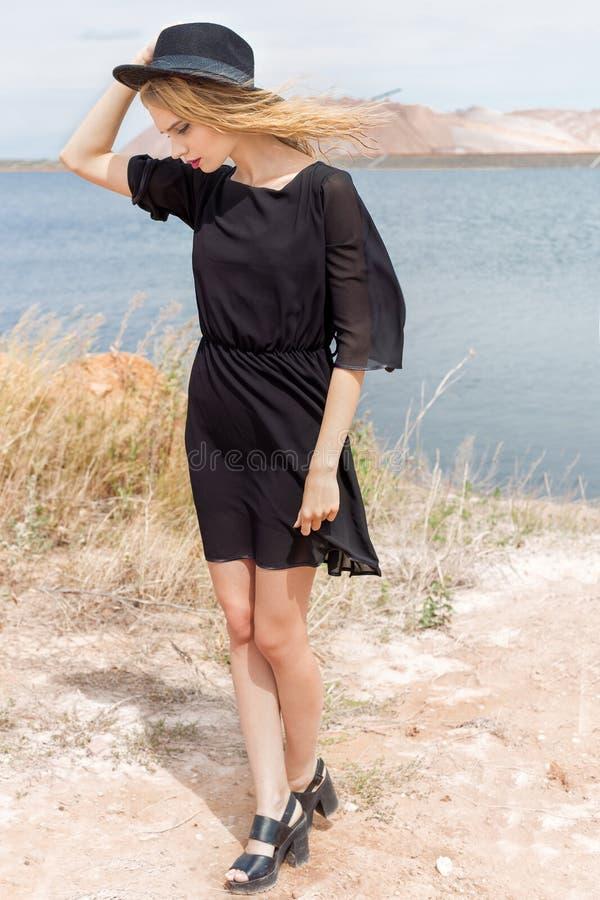 Piękna młoda blond kobieta w wiatrowy dmuchanie i jej włosy w gorącym letnim dniu zdjęcia stock