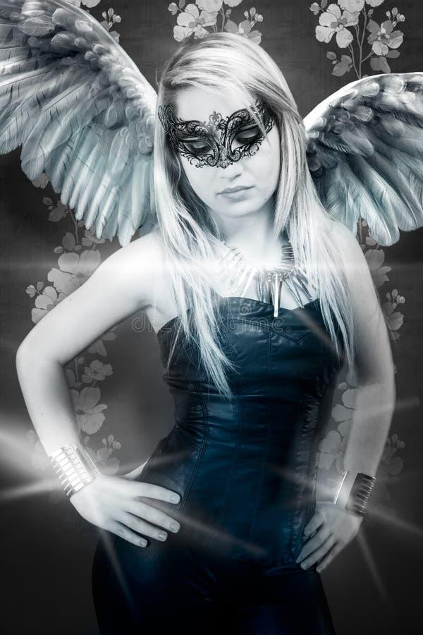 Piękna młoda blond kobieta z maski, zmysłowego i seksownego oskrzydlonym r, zdjęcie stock