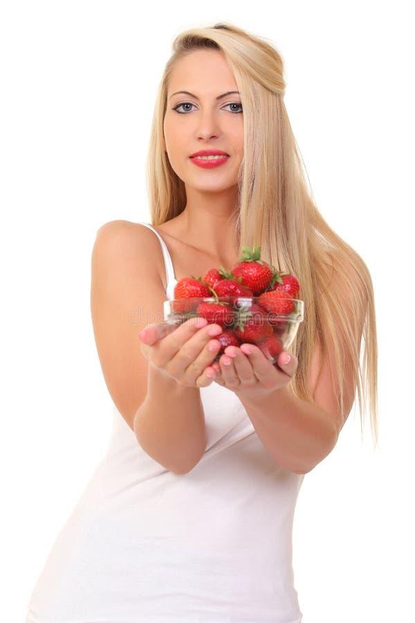 Piękna młoda blond kobieta z truskawką fotografia royalty free