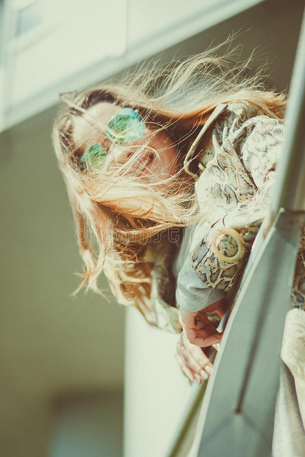 Piękna młoda blondynki kobieta plenerowa na jeziornym brzeg, jest rozważnym, ciepłym filtrem, stosuje wiatr w twój włosy zdjęcie stock