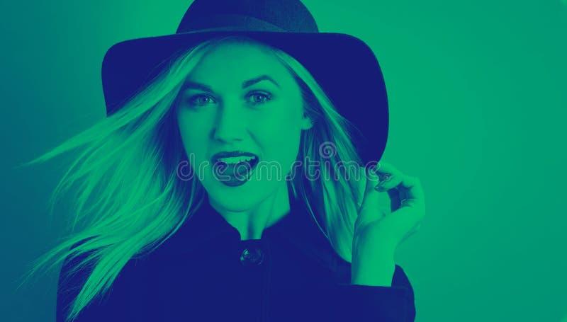 Piękna młoda blondynki kobieta w czarnym żakiecie obraz stock