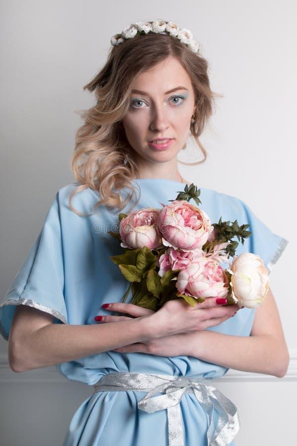 Piękna młoda blondynki kobieta z kwiatami obrazy royalty free