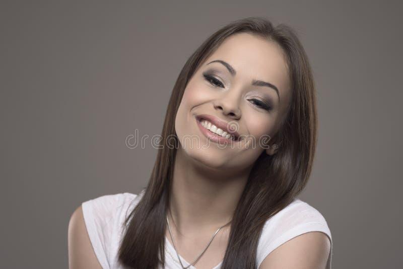 Piękna młoda brunetki dama z utytułowaną kierowniczą ono uśmiecha się, pozować i patrzeć kamerą, obrazy royalty free