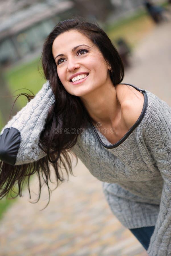 Piękna młoda brunetki dziewczyna ono uśmiecha się outdoors obraz stock