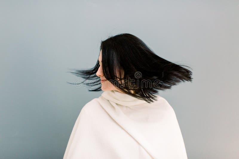 Piękna młoda brunetki dziewczyna w ruchu z doskonale gładkim włosy po traktowania w trichology klinice, Pi?kno Twarz zdjęcie royalty free