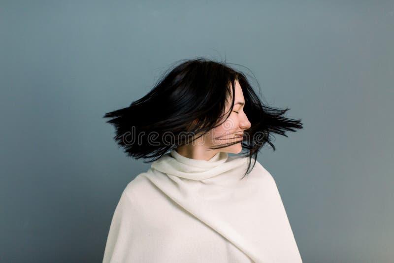 Piękna młoda brunetki dziewczyna w ruchu z doskonale gładkim włosy po traktowania w trichology klinice, Pi?kno Twarz obraz stock