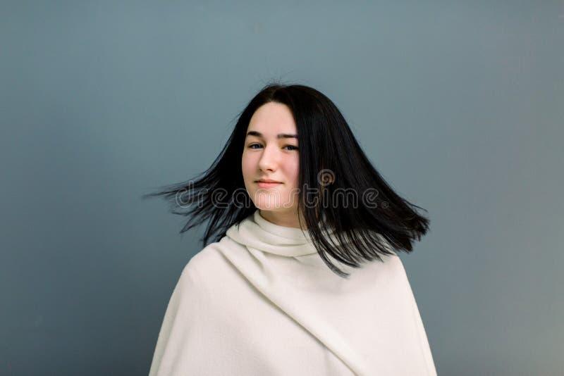 Piękna młoda brunetki dziewczyna w ruchu z doskonale gładkim włosy po traktowania w trichology klinice, Pi?kno Twarz obrazy royalty free