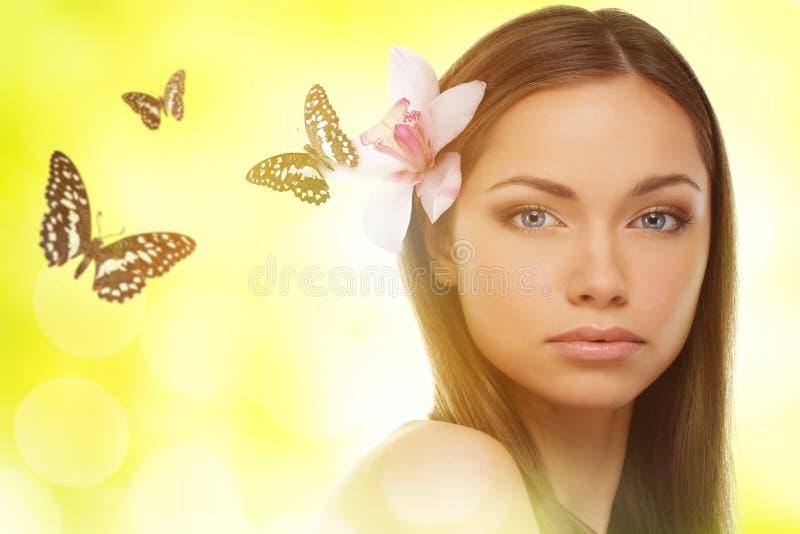 Piękna młoda brunetki kobieta zdjęcia stock