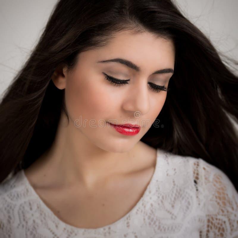 Piękna Młoda brunetki kobieta Patrzeje W dół fotografia stock