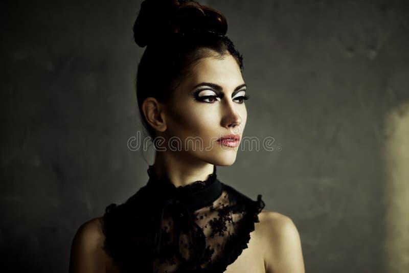 Piękna młoda brunetki kobieta z moda makijażem obrazy stock