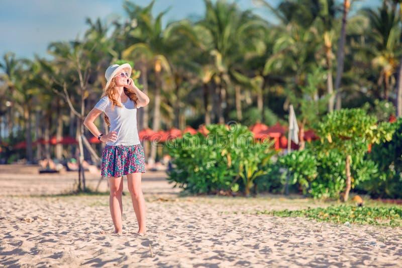 Download Piękna Młoda Caucasian Kobieta Przy Plażą Wewnątrz Obraz Stock - Obraz złożonej z wakacje, dorosły: 57657879