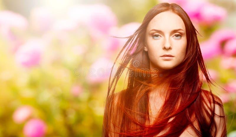 Piękna młoda czerwona kobieta nad jesieni tłem obrazy royalty free