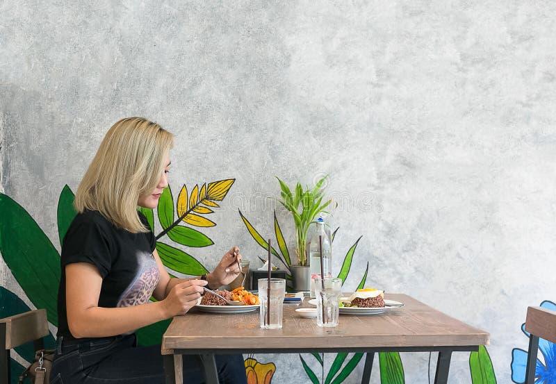 Piękna młoda dama samotnie w restauraci fotografia royalty free
