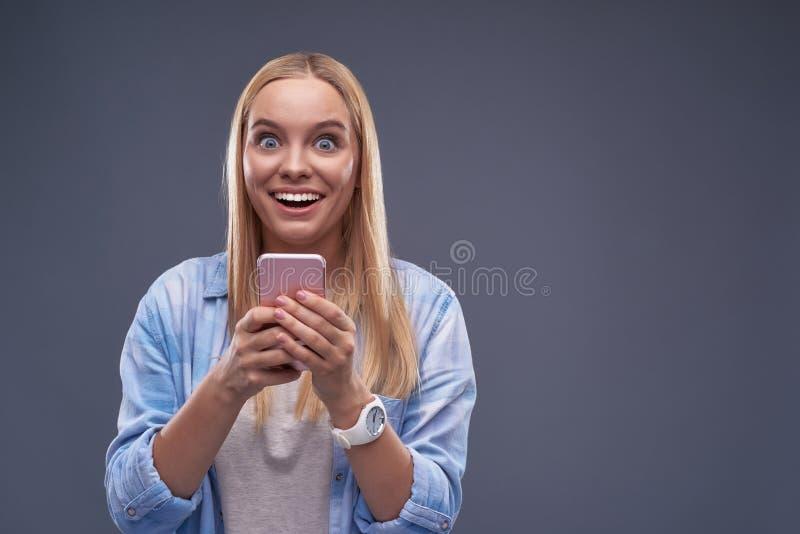 Piękna młoda dama z telefonu komórkowego czuć szczęśliwy i z podnieceniem obraz stock