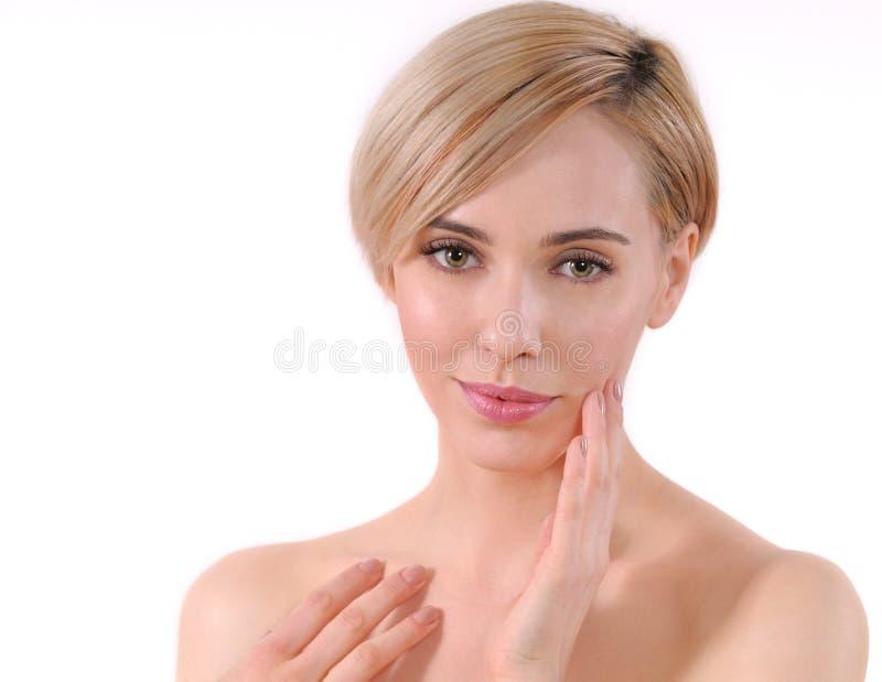 Piękna młoda dorosła kobieta dotyka jej twarz zdjęcie stock
