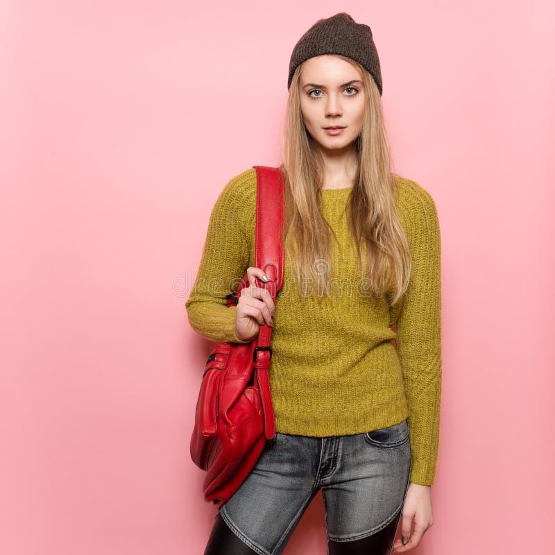 Piękna młoda dorosła studencka dziewczyna z plecakiem przygotowywającym iść nauka Kobieta jest ubranym przypadkowego strój pozuje zdjęcie royalty free
