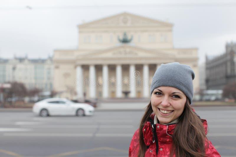 Piękna młoda dziewczyna chodzi przez zimy Moskwa w ciepłym odziewa fotografia stock