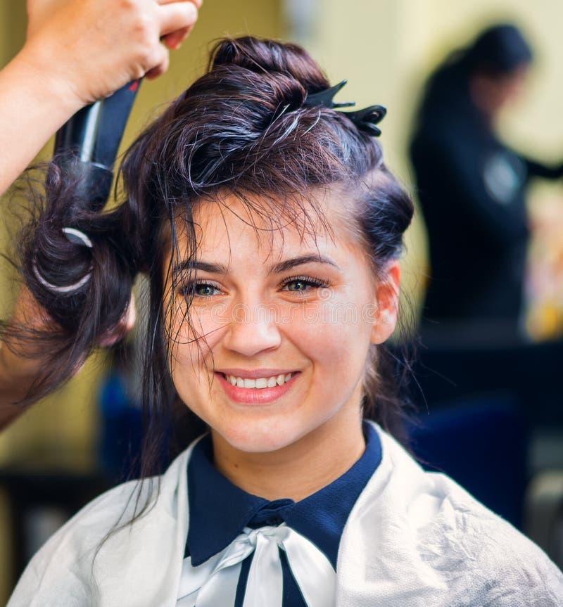 Piękna młoda dziewczyna cieszy się w fryzjerstwo salonie zdjęcia royalty free