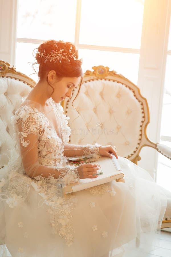 Piękna młoda dziewczyna haftuje jaskrawego pięknego wnętrze t fotografia royalty free
