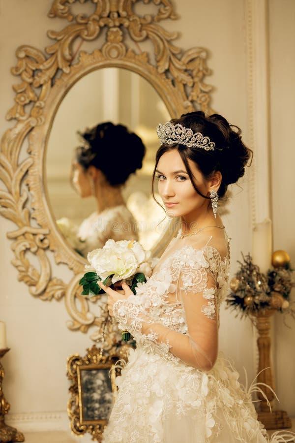 Piękna młoda dziewczyna haftuje jaskrawego pięknego wnętrze t fotografia stock