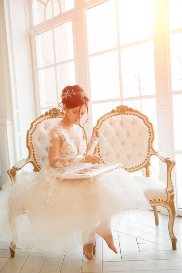 Piękna młoda dziewczyna haftuje jaskrawego pięknego wnętrze t zdjęcie stock