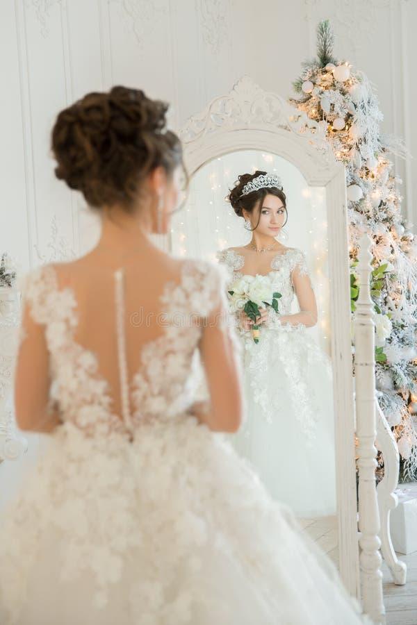 Piękna młoda dziewczyna haftuje jaskrawego pięknego wnętrze t zdjęcia stock