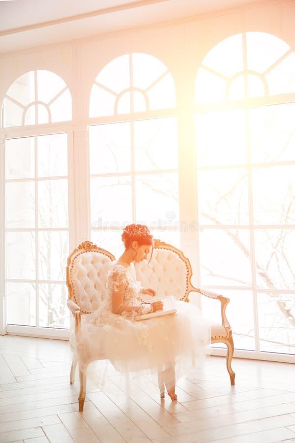 Piękna młoda dziewczyna haftuje jaskrawego pięknego wnętrze t obrazy stock