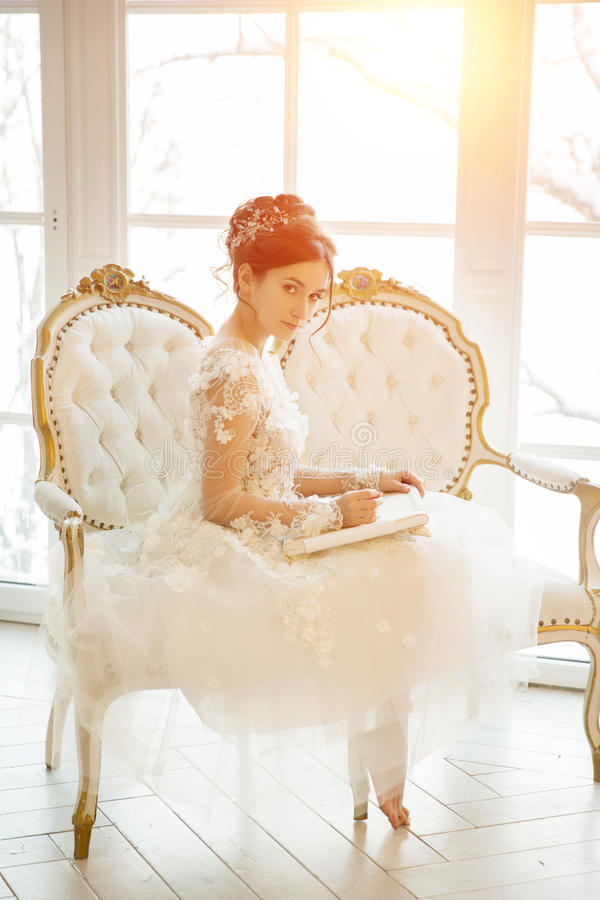 Piękna młoda dziewczyna haftuje jaskrawego pięknego wnętrze t zdjęcie royalty free