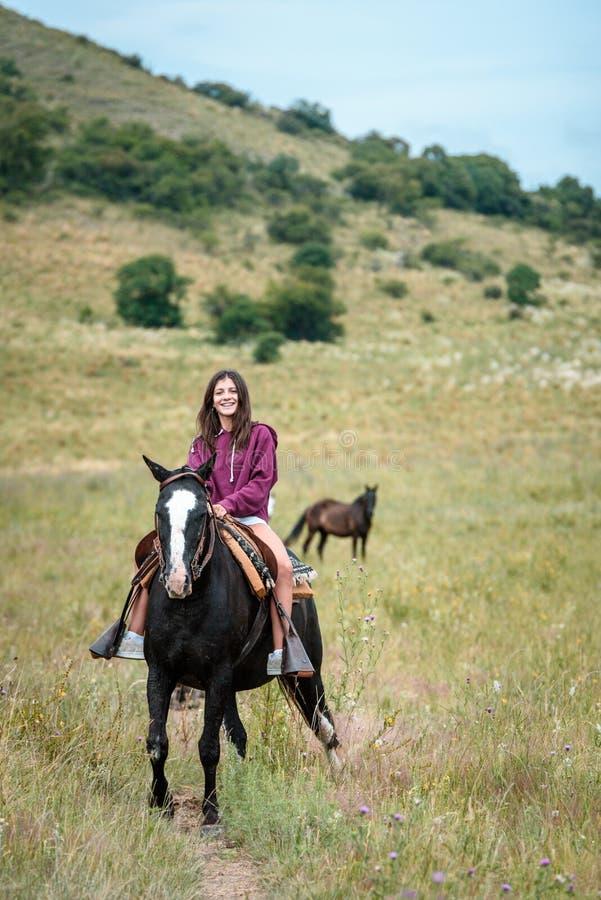 Piękna młoda dziewczyna jedzie konia obrazy stock
