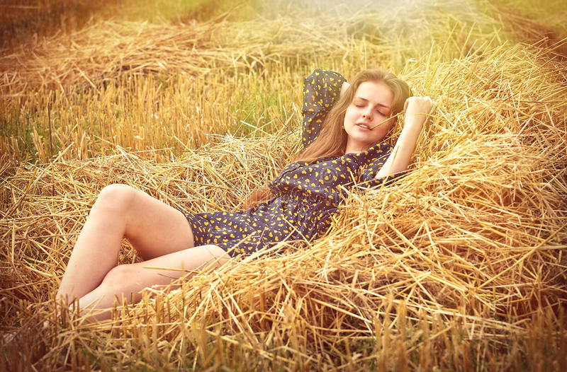 Piękna młoda dziewczyna na łące fotografia royalty free