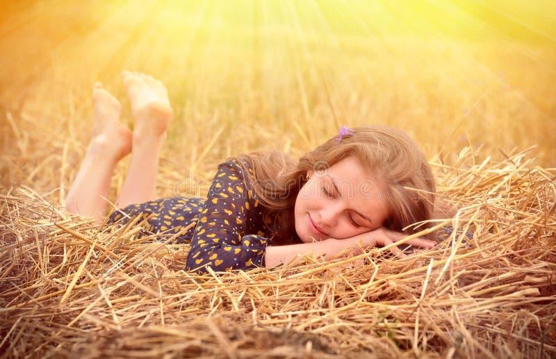 Piękna młoda dziewczyna na łące obrazy royalty free