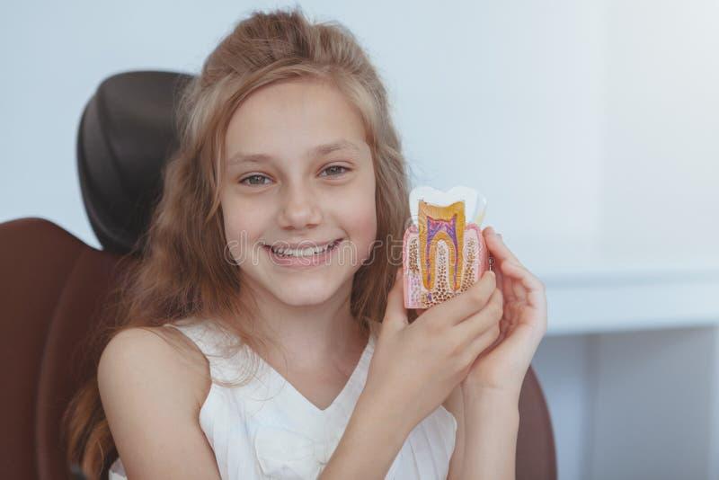 Piękna młoda dziewczyna odwiedza dentysty zdjęcia stock