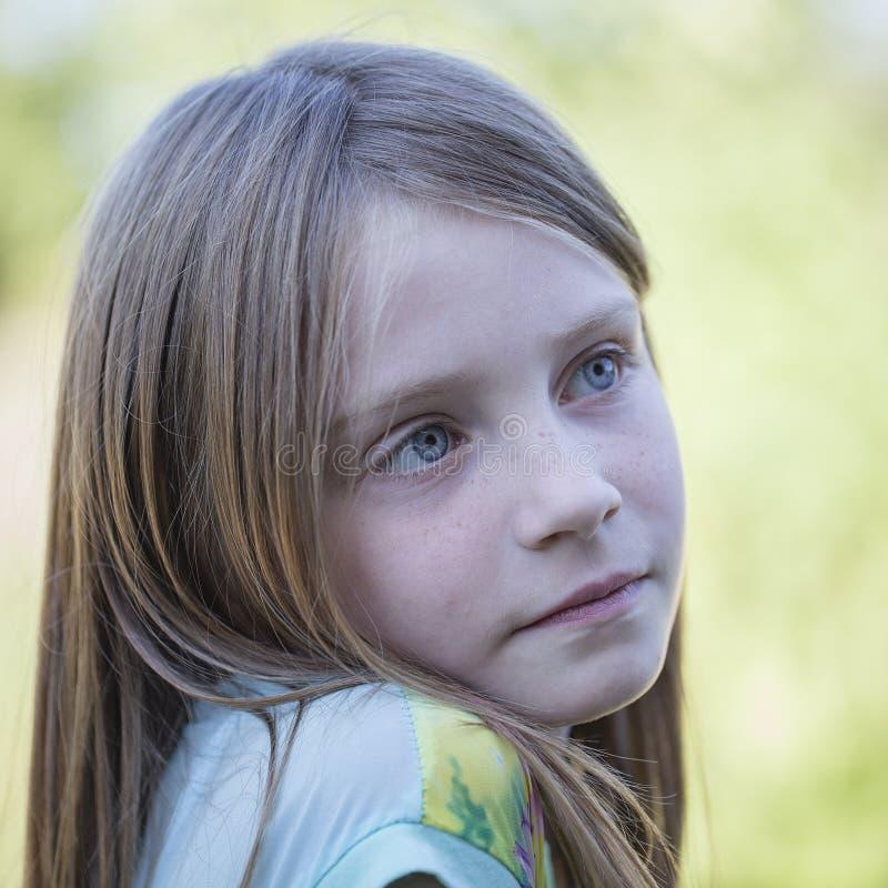 Piękna młoda dziewczyna outdoors, portretów dzieci zamyka up fotografia royalty free