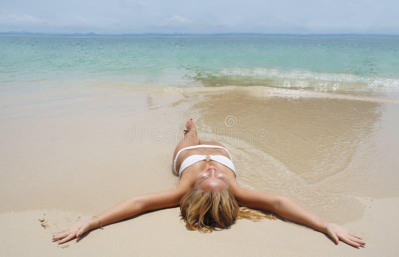 Piękna młoda dziewczyna w białym bikini obrazy royalty free