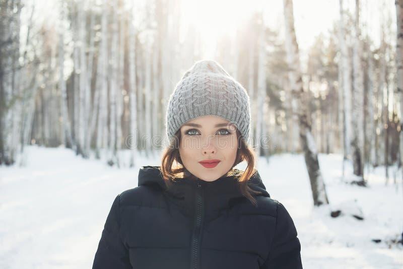 Piękna młoda dziewczyna w białym zima lesie zdjęcie stock