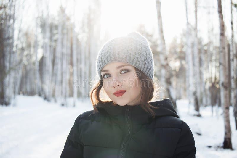 Piękna młoda dziewczyna w białym zima lesie zdjęcia stock