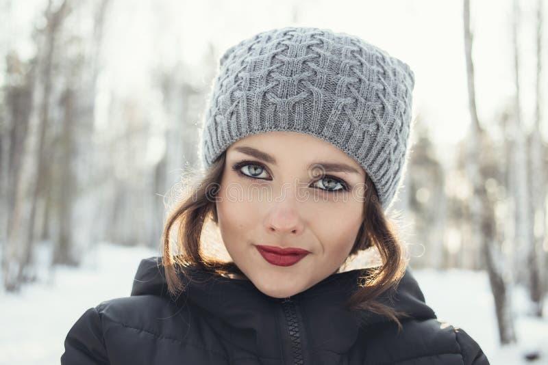 Piękna młoda dziewczyna w białym zima lesie obrazy stock