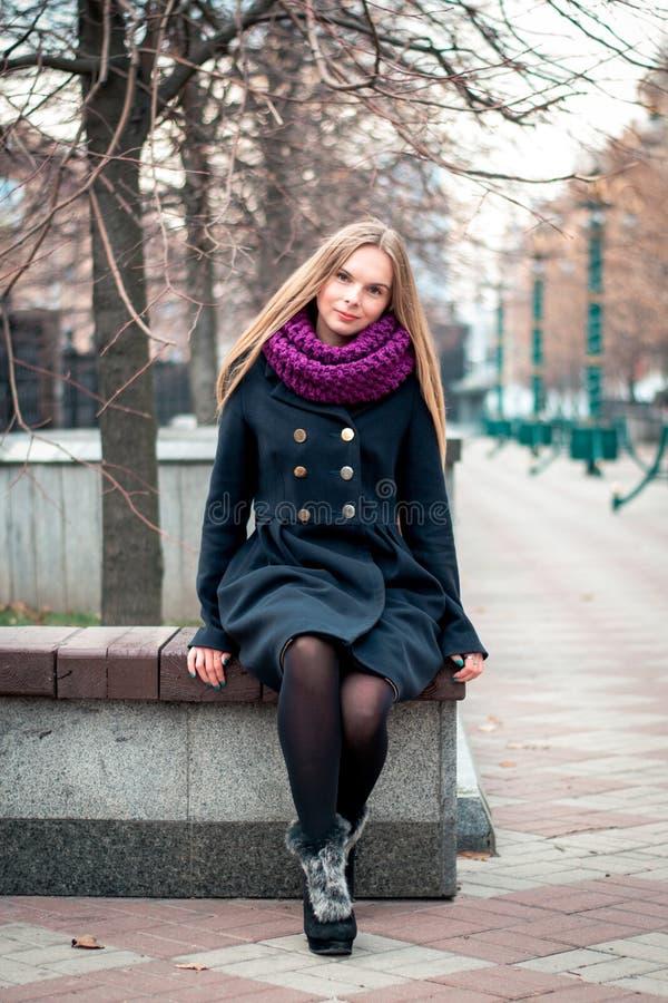 Piękna młoda dziewczyna w mieście Jesień portret zdjęcia stock