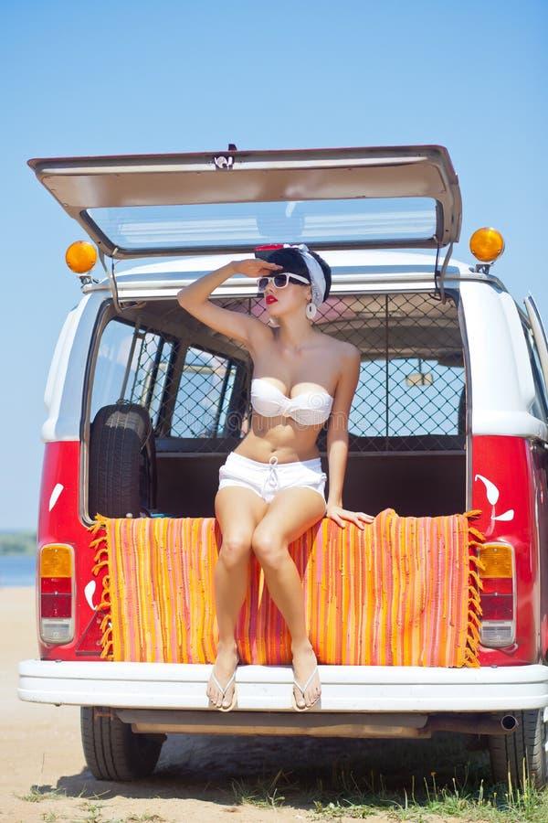 Piękna młoda dziewczyna w retro spojrzeniu z czerwonymi wargami w białym sw zdjęcia stock