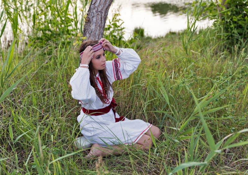 Piękna młoda dziewczyna w Ukraińskiej broderii sukni zdjęcia royalty free