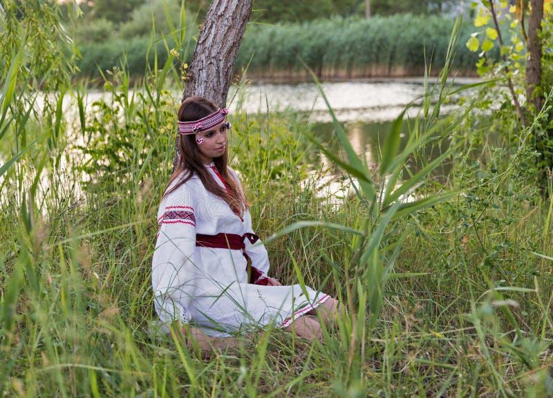 Piękna młoda dziewczyna w Ukraińskiej broderii sukni zdjęcie royalty free