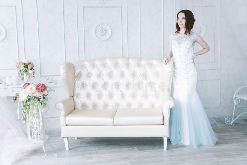 Piękna młoda dziewczyna w wieczór sukni pozuje przy wewnętrzną fotografią s zdjęcia royalty free