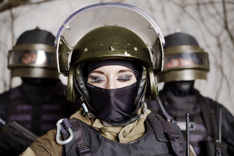 Piękna młoda dziewczyna w wojskowym uniformu i hełmie obraz stock